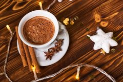 Kaffe och mellanmål på tabellen på tabellen för nytt år Royaltyfria Bilder