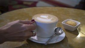 Kaffe och muffin p? tabellen stock video