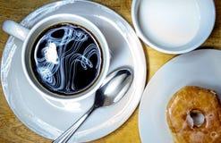 Kaffe och munk royaltyfri bild