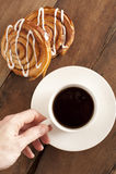 Kaffe och ny danska för frukost Royaltyfria Foton