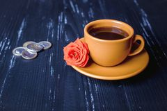 Kaffe och pengar - livsmedelsindustribegrepp royaltyfri bild