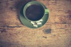 Kaffe och preventivpillerar Arkivbild