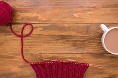 Kaffe och rött handarbete på träbakgrund arkivbild