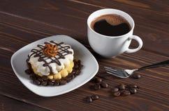 Kaffe och rund kaka Arkivfoton