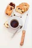 Kaffe och sött bröd med russin royaltyfri foto