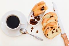 Kaffe och sött bröd med russin arkivfoto