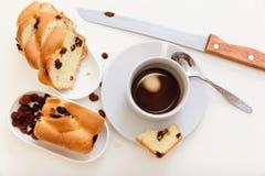 Kaffe och sött bröd med russin Royaltyfri Fotografi
