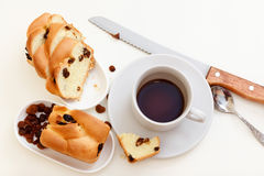 Kaffe och sött bröd med russin arkivbild