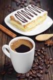 Kaffe och smaklig kaka med choklad Royaltyfri Bild