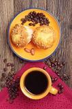 Kaffe och smaklig muffin med muttrar Arkivbild