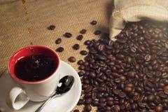 Kaffe och kaffe som är brean i kopp royaltyfria bilder