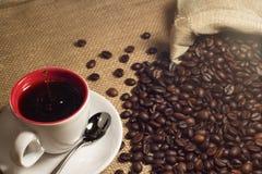 Kaffe och kaffe som är brean i kopp arkivbild