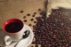 Kaffe och kaffe som är brean i kopp royaltyfri foto