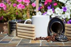 Kaffe och spillda kaffebönor Arkivbilder