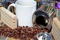 Kaffe och spillda kaffebönor Royaltyfri Foto