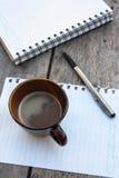 Kaffe och spiralanteckningsbok Fotografering för Bildbyråer