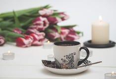 Kaffe och stearinljus i rosa tulpan Royaltyfria Bilder