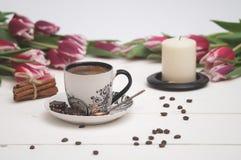 Kaffe och stearinljus i rosa tulpan Royaltyfri Foto