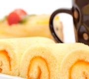 Kaffe och tårtan indikerar drinkuppfriskning och flathet arkivfoto