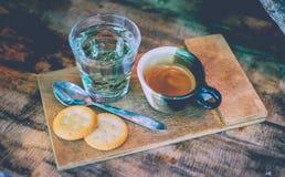 Kaffe och te i kopp på trätabellen Royaltyfri Foto