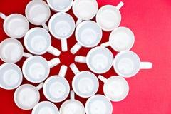Kaffe- och tekoppar i en blommamodell Arkivbilder