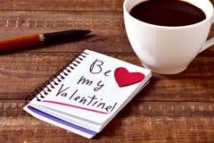 Kaffe och text är min valentin i en anteckningsbok Arkivfoton