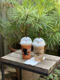 Kaffe och thailändskt te royaltyfria bilder