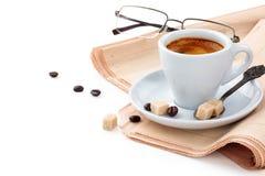 Kaffe och tidning Royaltyfria Foton