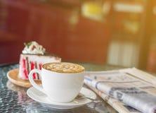 Kaffe och tidning Royaltyfri Bild