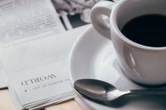 Kaffe och tidning arkivfoton