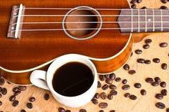 Kaffe och ukulele på trä royaltyfri fotografi