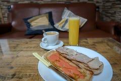 Kaffe, orange fruktsaft och rostade bröd arkivbilder