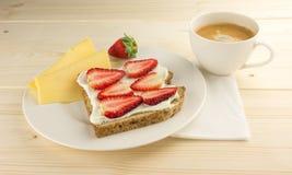 Kaffe ost, bröd med jordgubben för frukost på tabellen arkivbilder