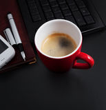 Kaffe på arbete eller för frukost i kontoret Fotografering för Bildbyråer