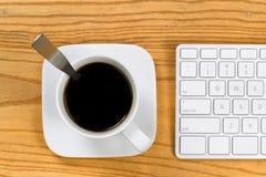 Kaffe på arbetsstället Royaltyfria Foton