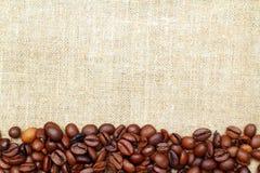 Kaffe på burlap royaltyfria bilder