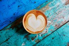 Kaffe på den blåa trätabellen, sikt från över, framlänges som är lekmanna- Royaltyfri Foto