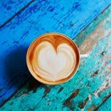 Kaffe på den blåa trätabellen, sikt från över, framlänges som är lekmanna- Arkivbild