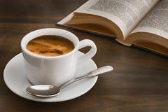 Kaffe på den mörka tabellen med boken Royaltyfri Fotografi