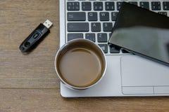 Kaffe på den moderna bärbara datorn - ultrabook royaltyfri foto