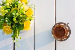 Kaffe på den vita wood tabellen Selektivt fokusera Arkivfoto