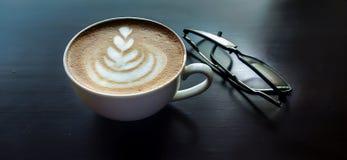 Kaffe på en tabell med fläckar arkivbild