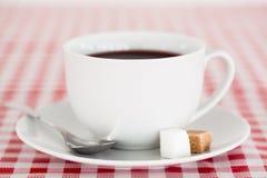 Kaffe på en tablecloth Fotografering för Bildbyråer