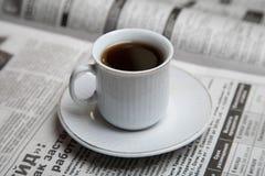 Kaffe på en tidning Arkivfoto