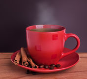 Kaffe på en trätabell Royaltyfria Foton