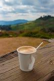 Kaffe på gammalt trä Royaltyfria Bilder