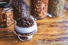 Kaffe på grungeträbakgrund Arkivfoto