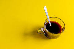 Kaffe på gul bakgrund Fotografering för Bildbyråer