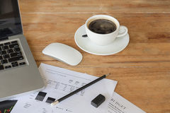 Kaffe på kontorsskrivbordet fotografering för bildbyråer