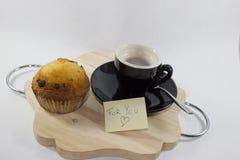 Kaffe på magasinet med muffin med vit bakgrund med med royaltyfria foton